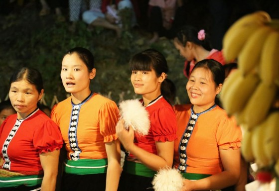 Muong women in traditional dresses
